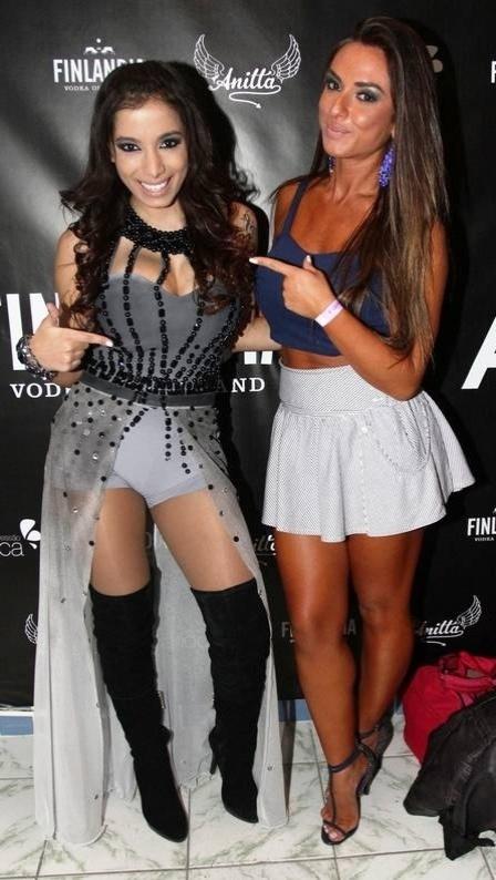 """1.jun.2013 - Anitta mostrou o rebolado na quadra da Rocinha, no Rio. A funkeira do hit """"Show das poderosas"""" atraiu vários famosos ao local, incluindo Nicole Bahls, que aproveitou para aprender alguns passinhos das coreografias com a própria cantora. As gatas ainda tr"""