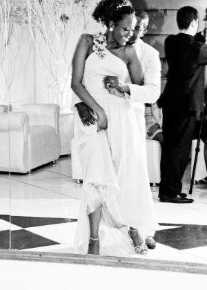 'Esta foto retrata um momento especial do nosso casamento: a nossa dança. Fomos envolvidos pelo amor que estava no ar, cobertos por nossos sentimentos', conta Selma Vianna. Ela casou com Celso em 30 de setembro de 2009, no Rio de Janeiro (RJ).
