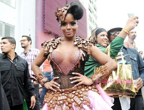 2.jun.2013 - Adriana Bombom compareceu à Parada Gay de São Paulo fantasiada de chocolate. No entanto, na hora de posar para a foto, a dançarina não percebeu que um de seus seios acabou aparecendo sob a blusa transparente que estava usando.