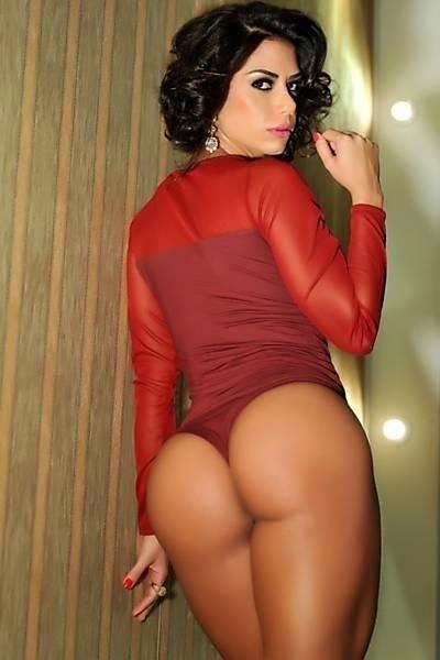 6.jun.2013 - Graciella Carvalho decidiu abandonar o cabelo liso e comprido que sempre ostentou. Em um novo ensaio sensual, a apresentadora revelou o seu novo estilo, de cabelo curto e com cachos. Usando um body fio-dental, a morena exibiu suas curvas para as lentes da fotógrafa Vanessa Dalceno.