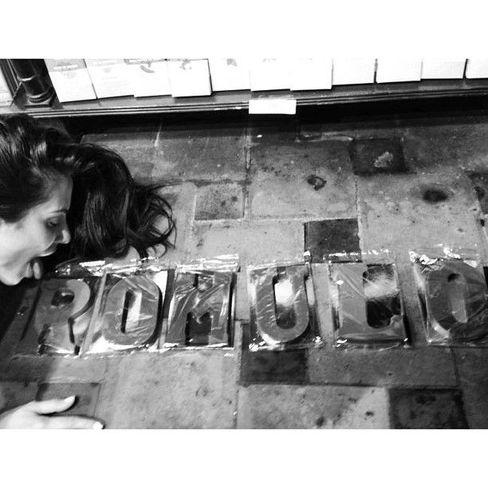 """7.jun.13 - A atriz Cleo Pires postou uma declaração de amor para o namorado Romulo Arantes em sua conta no Instagram, nesta sexta-feira. """"Eu morreria por você, eu venderia minha alma por alguma coisa pura e verdadeira... Alguém como você"""", escreveu a gata na legenda da imagem. Na foto, ela finge lamber letras que formam o nome do namorado no chão."""