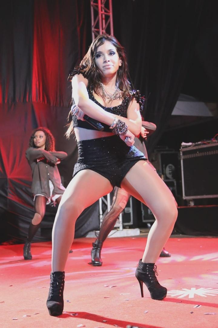 """7.jun.2013 - Com a turnê do """"Show das Poderosas"""", Anitta se apresentou na festa Santa Junina, em Brasília. A moça rebolou no palco com um figurino sensual, que deixava parte do bumbum à mostra, e animou as 10 mil pessoas presentes"""