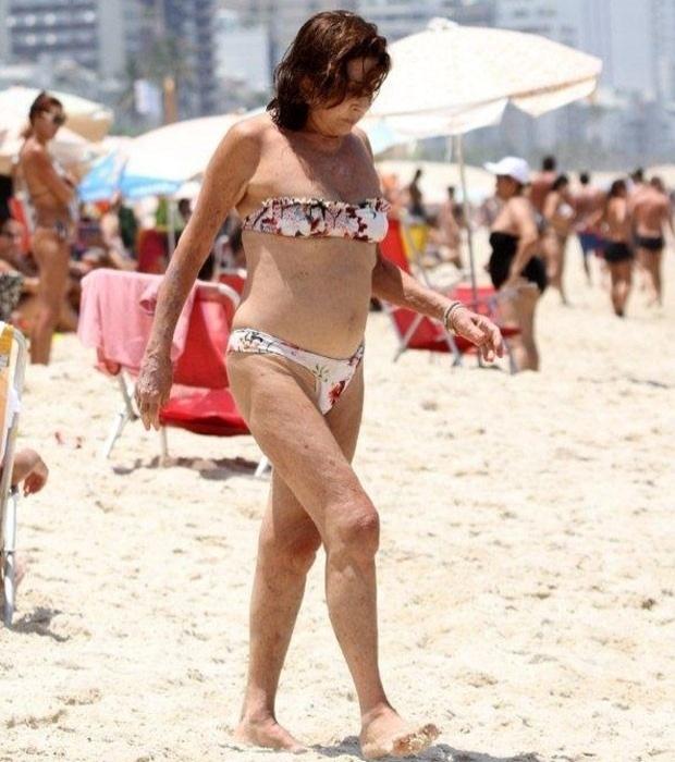 """13.jun.2013 - Aos 72, Betty Faria defende o direito de usar bíquini na praia. Em entrevista à coluna de Monica Bergamo, da """"Folha de S. Paulo"""", a atriz diz que tem uma coleção de biquínis: um para cada dia da semana. Nos últimos tempos, passou a falar bastante sobre eles. Não para comentar cores, estampas ou modelos. E sim para questionar o padrão vigente na orla carioca. """"Por que não posso usar biquíni?"""", pergunta Betty"""
