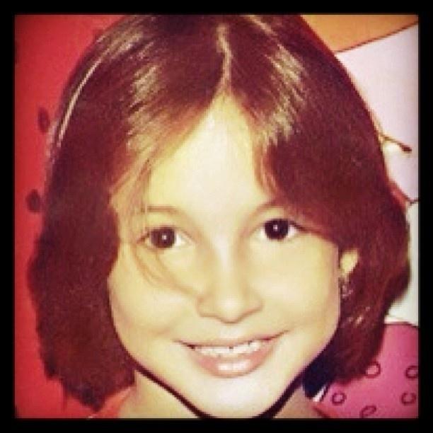 """14.jun.13 - A cantora Claudia Leitte postou uma foto de quando era criança e ainda ostentava uma cabeleira bem escura, em sua conta no Instagram, nesta quinta-feira (13). """"Tinha uns 5 ou 6 anos"""", escreveu a gata, que recebeu muitos elogios pela beleza da jovem Claudinha"""