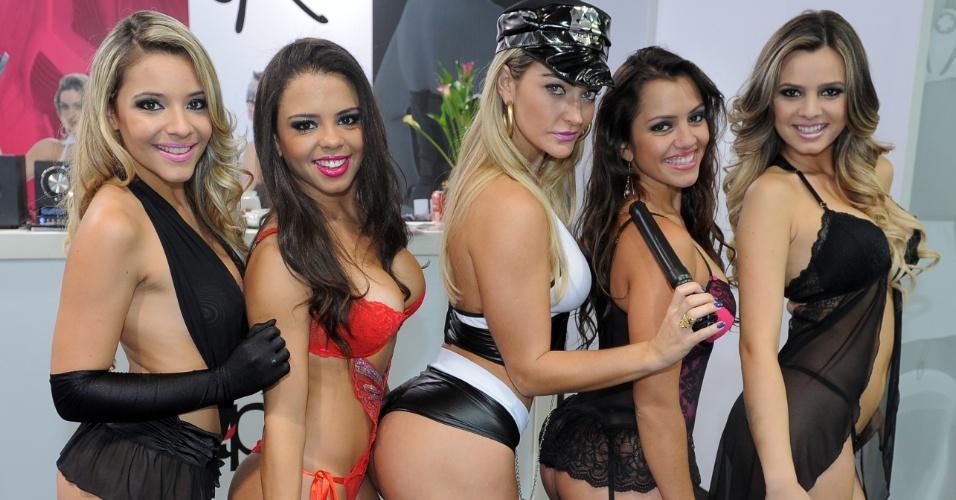18.jun.2013 - A Miss Bumbum Simpatia 2012, Laura Keller, posa de lingerie sensual ao lado de outras modelos na divulgação de uma empresa de roupa íntima no Salão Moda Brasil 2013, na Expo Center Norte, em São Paulo (SP)