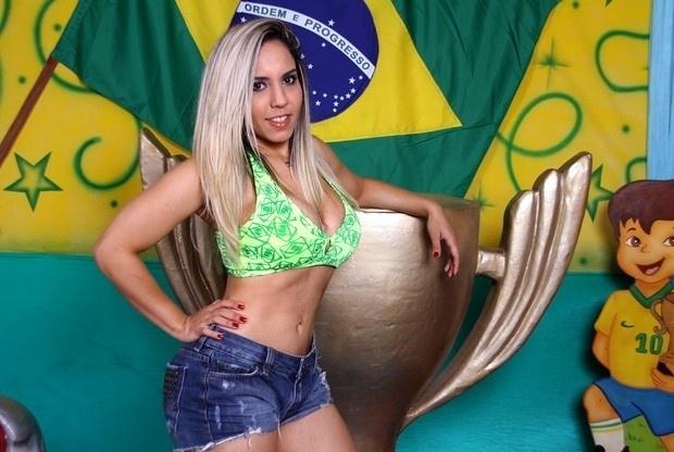 25.jun.13 - A funkeira Renata Frisson, a Mulher Melão, divulgou um ensaio sensual inspirado na Copa das Confederações. A gata revelou ser uma torcedora fanática e fã de futebol.