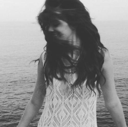"""27.jun.13 - Bruna Marquezine aparece fazendo poses sensuais em imagens de ensaio realizado em uma praia do Rio de Janeiro, nesta quarta-feira (26). As fotos foram feitas pelo fotógrafo André Nicolau, que ganhou um agradecimento especial da atriz na legenda das imagens. """"Mais um dia de fotos com @andrenicolau... Que eu amo e arrasou no vídeo"""", escreveu Bruna."""
