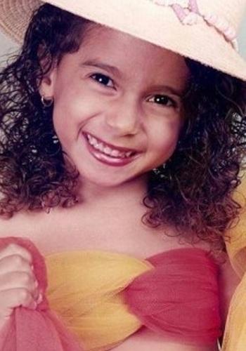 """Foto mostra Anitta pequenina, bem antes do estrondoso sucesso do """"Show das Poderosas"""""""