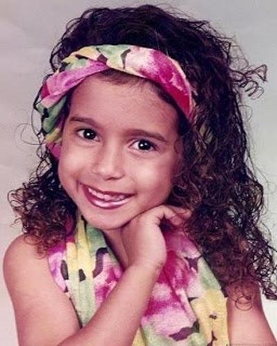 """Larissa de Macedo Machado, nome de batizado da funkeira Anitta, nasceu no dia 30 de março de 1993 no Rio de Janeiro. A gata escolheu o nome artístico com inspiração na minissérie da Globo """"Presença de Anitta"""". O estilo musical da cantora é definido como funk melody, uma mistura de romantismo com a tradicional batida do """"tchu, tcha"""" do funk"""