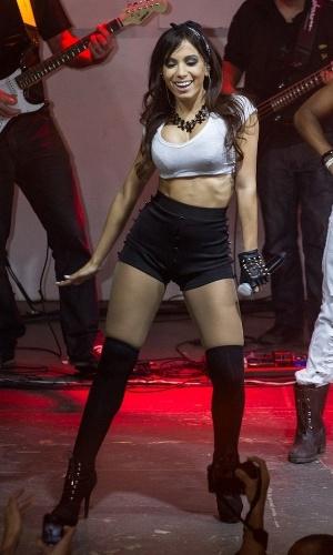 29.jun.2013 - Dona de belas curvas, Anitta fez uma apresentação na quadra da Salgueiro, no Rio