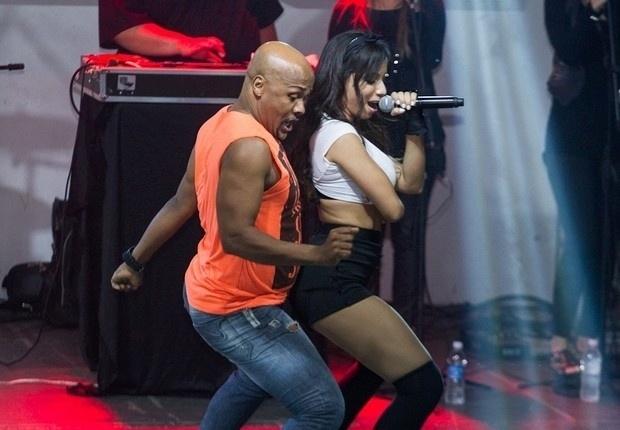 29.jun.2013 - Dona de belas curvas, Anitta fez uma apresentação na quadra da Salgueiro, no Rio. Com uma performance sensual, a funkeira rebolou ao lado do coreógrafo Carlinhos Salgueiro