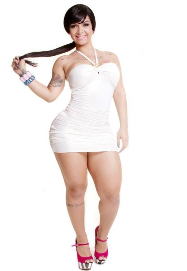 30.jun.2013 - A funkeira Maysa Abusada posou para um ensaio mostrando seus generosos 115 centímetros de bumbum. A morena é carioca e líder do grupo Maysa e As Abusadas, que faz coreografias com letras bem apimentadas