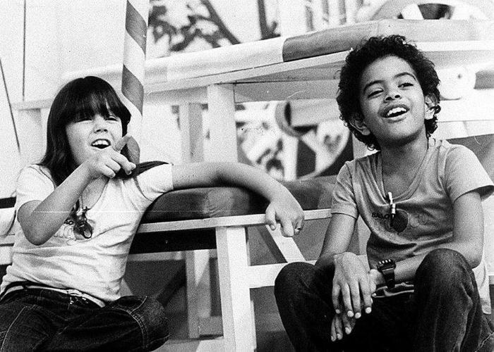 """1984 - Aos 8 anos de idade, Simony participa de cena do programa infantil """"Balão Mágico"""", ao lado do cantor Jairzinho"""