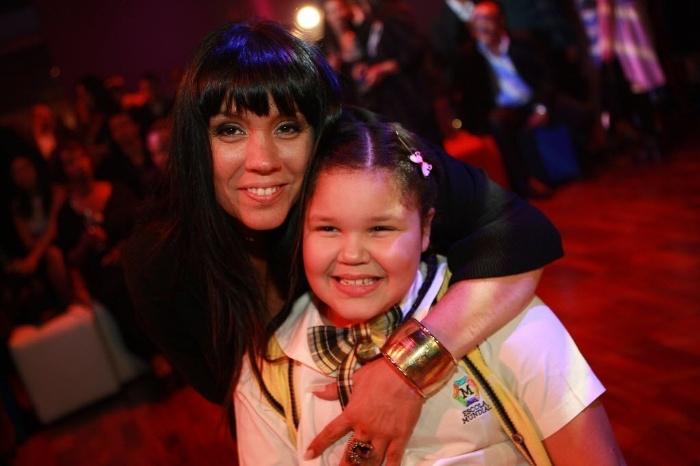 """21.mai.2011  - Simony acompanha a filha Aysha Benelli na festa de lançamento da novela """"Carrossel"""", exibida pelo SBT. Na trama, a garota faz o papel de Laura"""