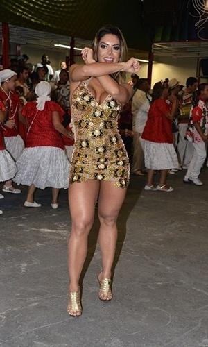 """6.jul.2013 - Graciella Carvalho, apresentadora do programa """"Malícia"""", do canal Multishow, usou um microvestido no lançamento do enredo da escola de samba X9 Paulistana, na noite de sábado, em São Paulo. A musa posou para fotos, sambou e desceu até o chão, revelando que usava uma calcinha bege"""
