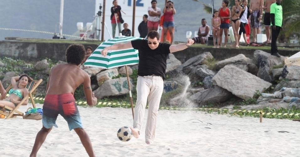 10.jul.2013 - O astro do cinema internacional John Travolta está no Brasil para gravar um comercial de uma marca de cachaça na na praia do Recreio dos Bandeirantes, na zona oeste do Rio de Janeiro. Para as cenas da propaganda, o ator entrou no clima do Brasil e arriscou jogar um pouco de futebol na areia