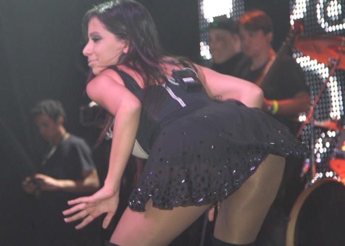 14.jul.2013 - A funkeira Anitta dança de forma sensual na casa de shows Via Marquês, em São Paulo