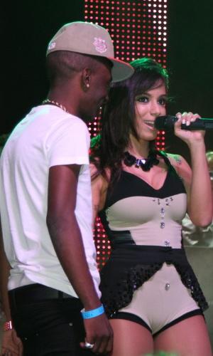 14.jul.2013 - Ao lado de um fã, a funkeira Anitta se apresenta na casa de shows Via Marquês, em São Paulo