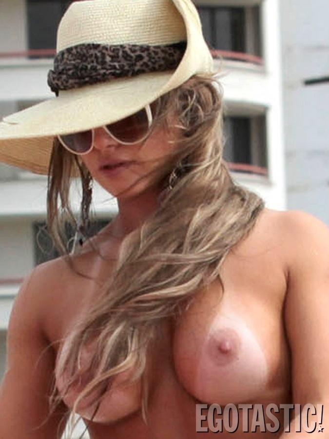 24.jul.2013 - Carine Felizardo, vencedora do Miss Bumbum Brasil 2012 foi  clicada fazendo topless em Miami Beach, nos EUA. De acordo com o site