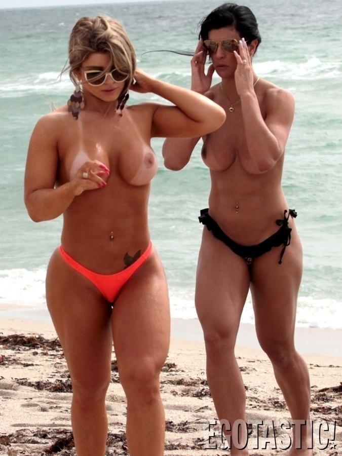 24.jul.2013 - Carine Felizardo (loira), vencedora do Miss Bumbum Brasil 2012 e Camila Vernaglia (morena), terceira colocada na mesma edição do concurso, ficaram bem à vontade durante uma passagem por Miami Beach, nos EUA. As donas dos corpos esculturais curtiram a praia norte-americana com direito a topless. De acordo com o site