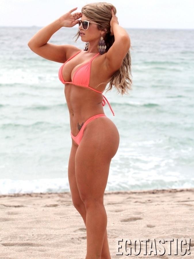 24.jul.2013 - Carine Felizardo, vencedora do Miss Bumbum Brasil 2012 foi clicada em Miami Beach, nos EUA. De acordo com o site