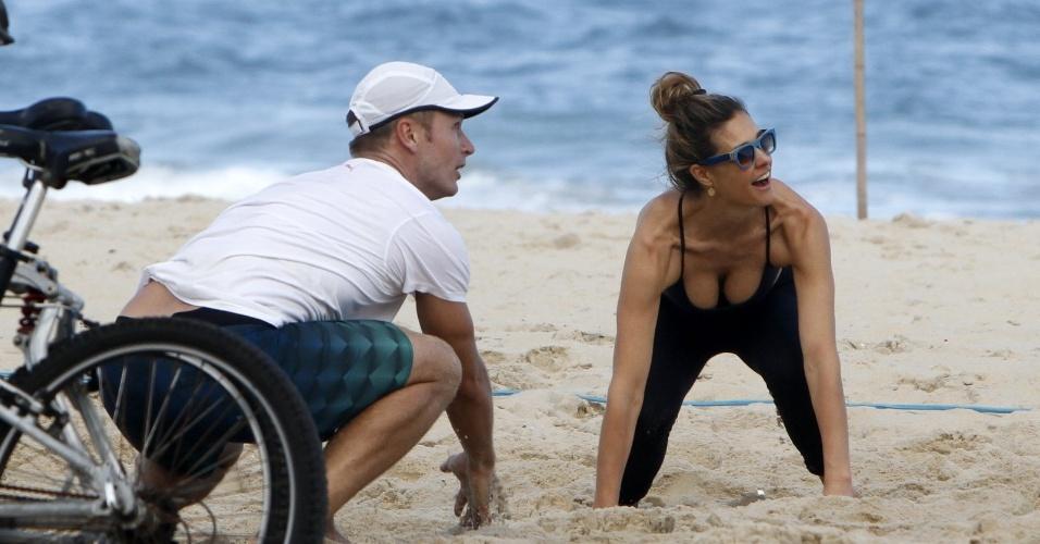 27.jul.13 -  Fernanda Lima e Rodrigo Hilbert aproveitaram a tarde de sol no Rio de Janeiro para jogar vôlei com os amigos, neste sábado, na praia do Leblon