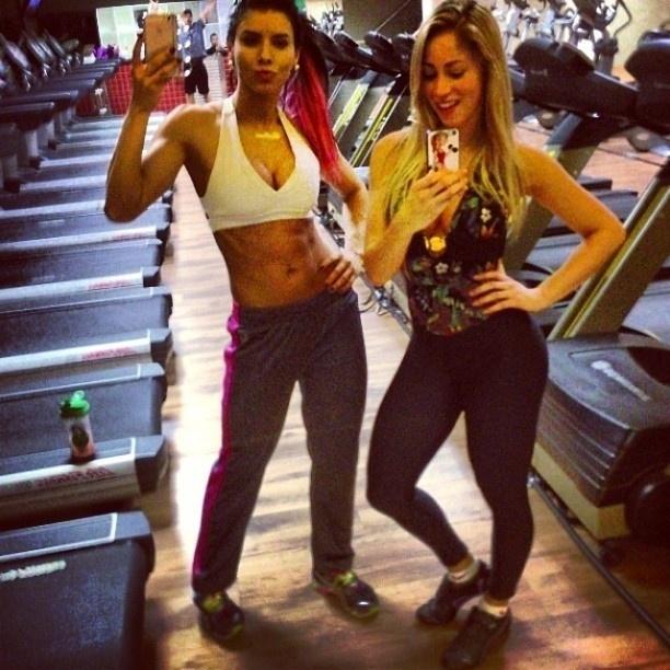 3.ago.2013 - As panicats Thaís Bianca e Carol Narizinho mostraram que ter um corpo em forma requer esforço. As belas postaram uma foto na academia.