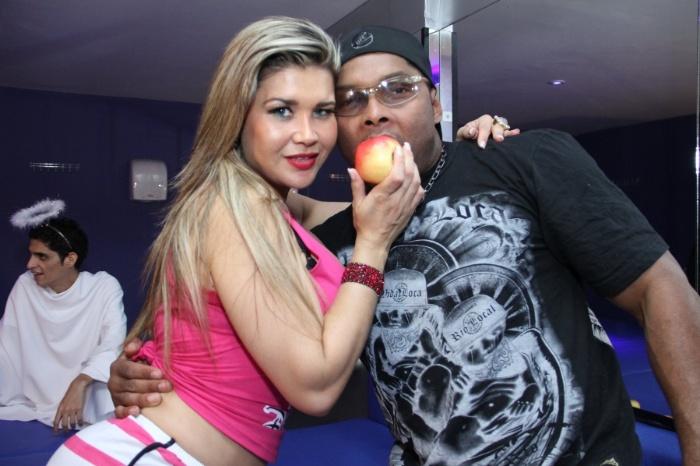 6.ago.2013 - Mulher Maçã grava clipe de funk ao lado do MC David Bolado em uma casa noturna no Rio de Janeiro
