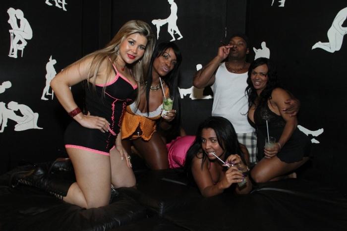 6.ago.2013 - Mulher Maçã posa ao lado de dançarinas durante os bastidores da gravação de clipe de MC David Bolado em uma casa noturna no Rio de Janeiro