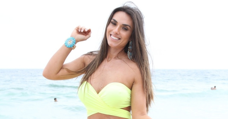 11.ago.2013 - Nicole Bahls posa para fotos durante gravação de quadro para o programa 'Pânico' no Rio de Janeiro. Nicole e Evandro brincaram de algemar os banhistas e um sortudo chegou a ganhar um selinho da apresentadora