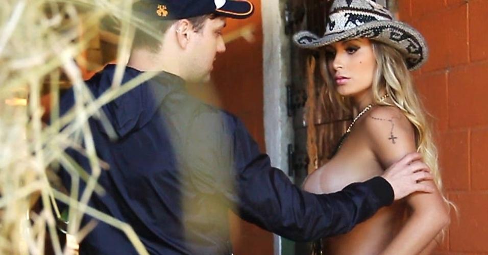 """15. ago.2013 - A """"Sexy"""" divulgou as primeiras imagens do ensaio com a Andressa Urach. Atualmente confinada na """"Fazenda"""", a modelo será capa da edição de setembro da revista. As fotos foram feitas dois dias antes de Andressa entrar no reality"""
