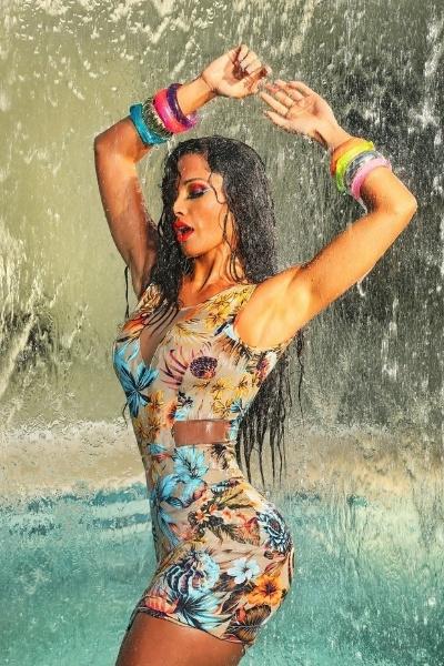 15.ago.2013 - Fernanda D'Ávila, dançarina do ?Domingão do Faustão?, posou para uma campanha de moda e exibiu o corpaço em vestidos curtíssimos e ousados. Na imagem, a bela esbanja  sensualidade e muitas cores durante um banho