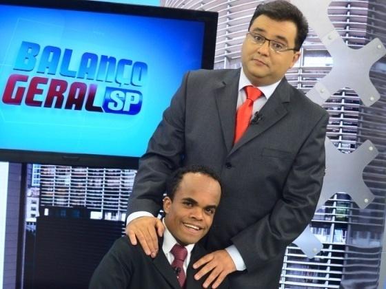 """Um dos mais populares assistentes de palco da rede Record é o anão Marquinhos, que ajuda o apresentador Geraldo Luís no comando do """"Balanço Geral São Paulo"""", no ar desde 2007."""