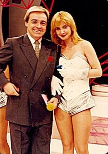 """Alessandra Scatena está entre os principais nomes das assistentes de palco da década de 90. Ao lado de Gugu no programa """"Domingo Legal"""", a loiraça conquistou o público e seu espaço cativo na atração."""