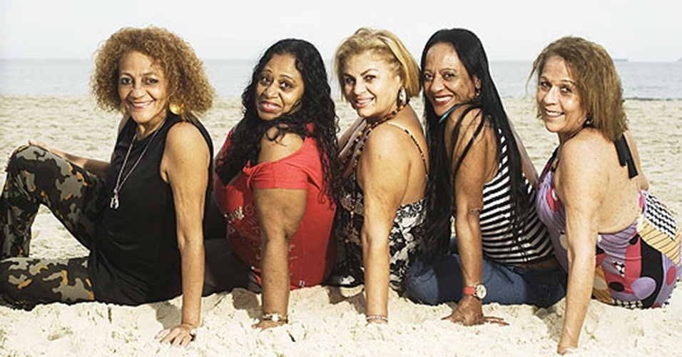 """As ex-chacretes Regina Pintinha, Sandra Pérola Negra, Beth Boné, Índia Potira e Cléo Toda Pura posam para foto de 2009 na praia do Leme, no Rio de Janeiro. A foto faz parte da divulgação do documentário """"Alô, Alô, Terezinha"""", que mostrou as vidas das chacretes atualmente."""