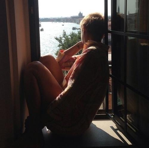 """21.ago.2013 - Junno Andrade postou uma foto da apresentadora Xuxa e aproveitou para se declarar à namorada: """"My love"""", escreveu Junno na legenda da imagem no Instagram"""