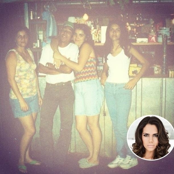 1º.set.2013 - Daniela Albuquerque decidiu revirar o baú neste fim de semana. Em uma das imagens, a apresentadora divulgou uma foto em que aparece (à dir) nos tempos em que trabalhava como camelô
