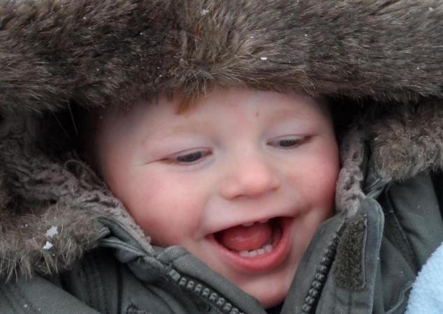 """4.set.2013 - Annie Campbell , 24 anos, muitas vezes recebe elogios sobre o sorriso radiante do filho, Ollie, de 2 anos. O menino sempre está animado, mas o que as pessoas não sabem é que a razão para esse comportamento animado, na verdade, é a síndrome de Algeman, que faz o menino sorrir, porém ter dificuldade de caminhar e falar. A mãe comentou em entrevista ao """"Daily Mail"""" o que escuta das pessoas: """"Nós sempre ouvimos um monte de comentários sobre o sorriso de Ollie e sobre como ele é adorável. Ele realmente faz qualquer um feliz quando a pessoa vê seu sorriso"""""""