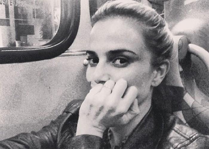 """27.ago.2013 - A atriz Nathália Rodrigues fez questão de divulgar nas redes sociais seu momento """"gente como a gente"""". A bela posou esperando o """"busão"""" e também aproveitou para tirar fotos dentro do transporte público. Nathália ainda revelou seu destino para os seguidores do Instagram: """"Indo para o Terminal Campo Limpo"""", referindo-se ao bairro da zona sul de São Paulo. A atriz não fez isso apenas uma vez, ela já pegou metrô e ônibus outras vezes e deixou o registro na web"""