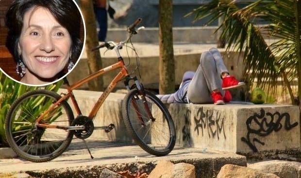5.set.2013 - Cássia Kiss deixou a preguiça falar mais alto e aproveitou para tirar um cochilo em um pracinha após pedalar na praia da Barra, no Rio de Janeiro. O dia estava muito quente e a atriz acabou não aguentando. Após os exercícios, bebeu água de coco e descansou