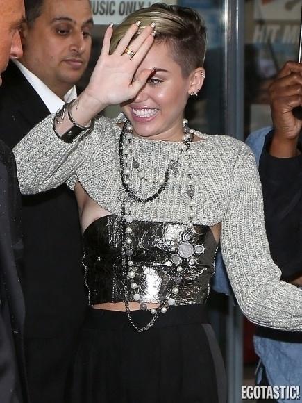 10.set.2013 ? Famosa por protagonizar cenas polêmicas, a cantora Miley Cyrus foi clicada em um momento indiscreto. De acordo com o site, ?Egotastic? o flagra foi feito durante uma passagem de Miley por Paris, capital da França