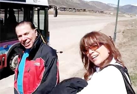 """26.jun.2011 - Silvio Santos esperando o ônibus é uma cena difícil de imaginar se o cenário for o Brasil, mas em Aspen, na cidade do Colorado, nos EUA, foi exatamente o que Silvio fez. Durante um passeio até a estação de esqui de Aspen, o ônibus que fazia o trajeto quebrou no meio do caminho e os passageiros precisaram aguardar outro circular na beira da estrada. O dono do SBT e sua mulher, a novelista Íris Abravanel, estavam entre os outros turistas e tiveram que enfrentar o frio durante a espera. Um companheiro de viagem, que estava no mesmo ônibus, não perdeu a oportunidade e registrou o momento """"gente como a gente"""" de Silvio. Para ver a cena clique no link mais."""