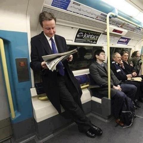 """8.jul.2013 - Na terra da rainha, primeiro-ministro é """"gente como a gente"""". David Cameron, como qualquer pessoa, aparece lendo tranquilamente o jornal em pé no metrô de Londres. E não pense que foi apenas uma vez, o primeiro-ministro inglês costuma usar o transporte público para se locomover"""