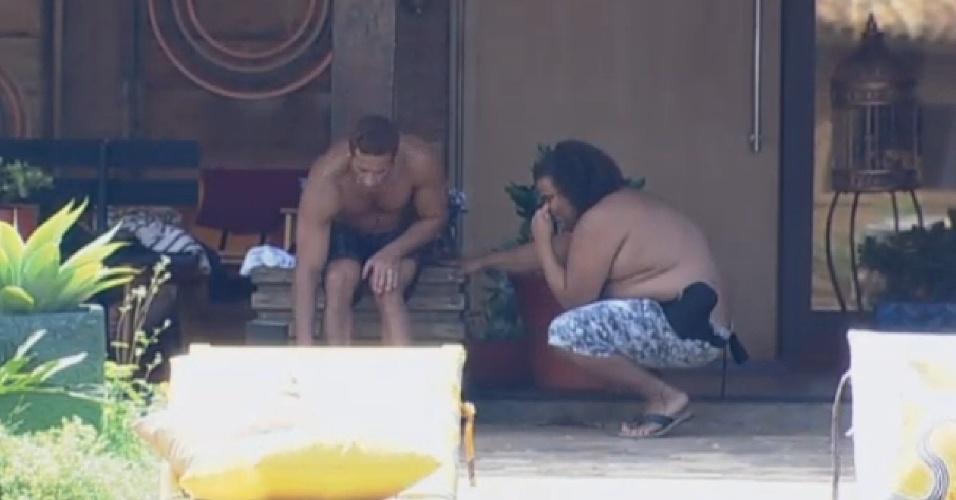 19.set.2013 - Marcos Oliver exibindo o seu machucado para Gominho