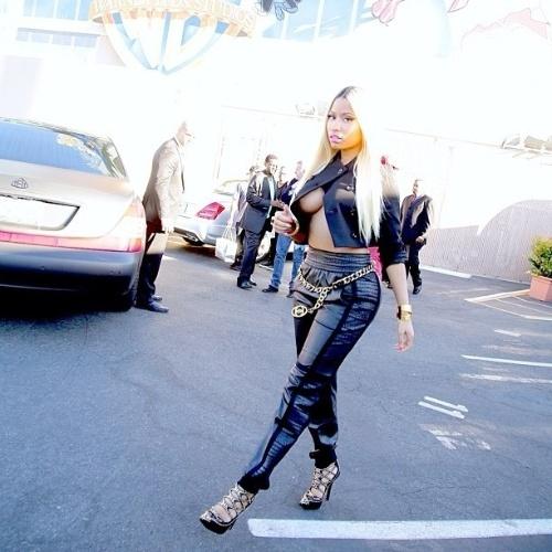 """25.set.2013 - A rapper Nick Minaj optou por um visual um tanto ousado para participar do programa de televisão da apresentadora Ellen Degeneres na Califórnia, nos Estados Unidos. A cantora foi fotografa com uma blusa que deixava parte dos seios e da barriga à mostra. """"Adoro visitar a Ellen. Seus corredores são cheio de fotos épicas. Majestade em dia de coletiva de imprensa na ensolarada Califórnia"""", escreveu Nick Minaj no Instagram"""