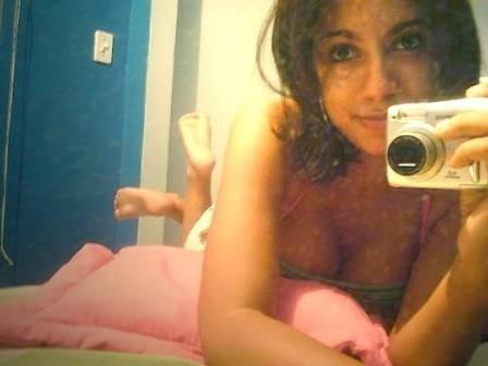 """25.set.2013 - Bem à vontade na cama, Anitta faz pose para postar na web. Na época, a rede social da moda ainda era o Orkut, e as fotos acabaram vindo à tona após o jornal """"Extra"""" publicá-las"""
