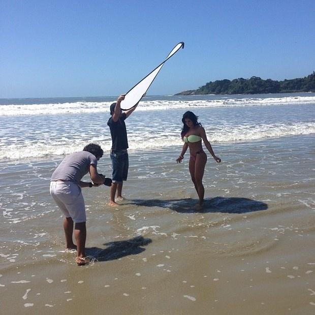 28.set.2013 - A ex-panicat Thais Bianca embelezou o litoral de São Paulo em fotos para a grife Santa Areia Biquínis