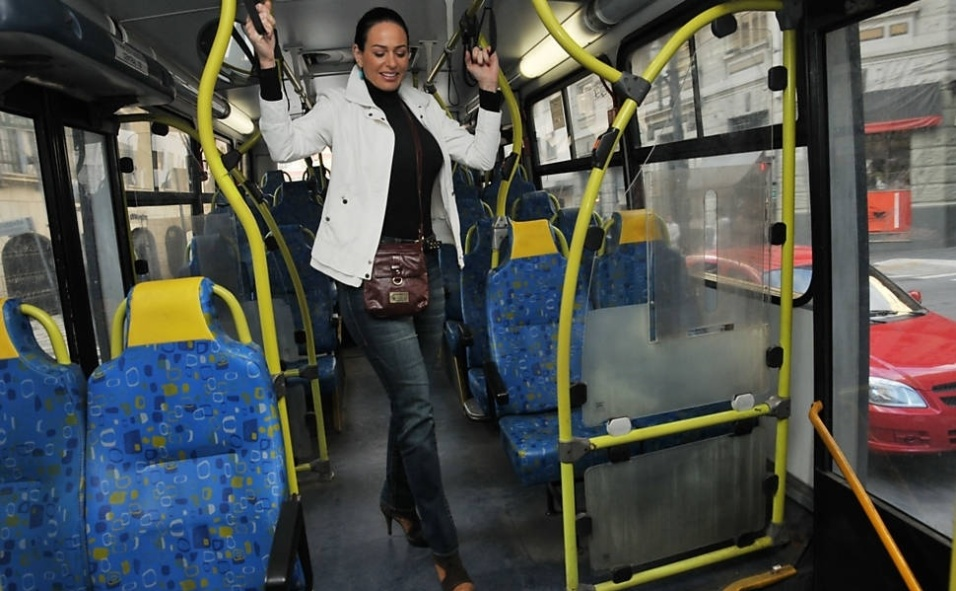 """1.out.2013 - Cozete Gomes, que integrou o elenco do reality """"Mulheres Ricas"""", aprovou a faixa exclusiva de ônibus em São Paulo e chegou a dar uma dica de como a ideia poderia ser ampliada. Para ela, deveria existir nas vias expressas uma faixa diferenciada, só para automóveis VIPs: """"Esses veículos pagariam um pedágio bem alto para circular por corredores mais rápidos"""", comentou"""