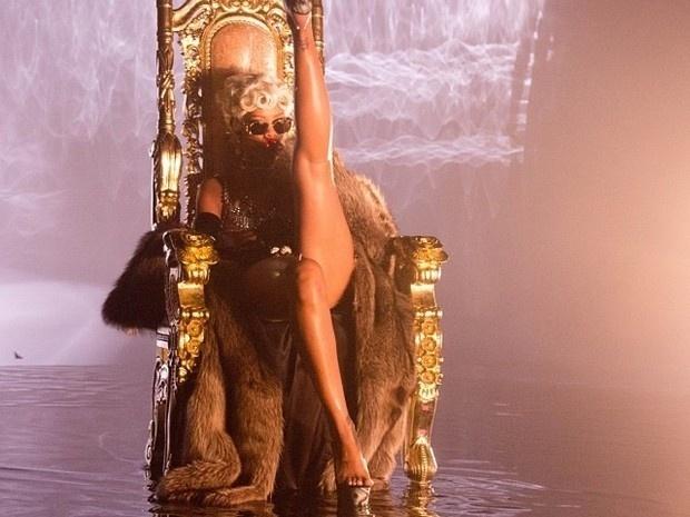 """1.out.2013 - Novamente, Rihanna ousou em fotos postadas por ela no Instagram. A cantora mostrou para seus seguidores os bastidores do seu novo clipe """"Pour it up"""" em que aparece em uma série de poses provocantes"""