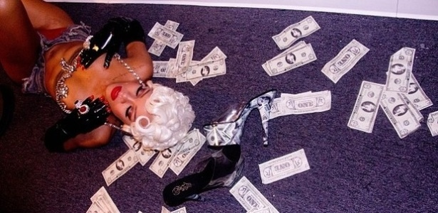 """1.out.2013 - Rihanna mostrou uma prévia do que será seu novo clipe """"Pour it up"""". No Instagram, a moça aparece fazendo poses sensuais com cabelo loiro e curtinho"""